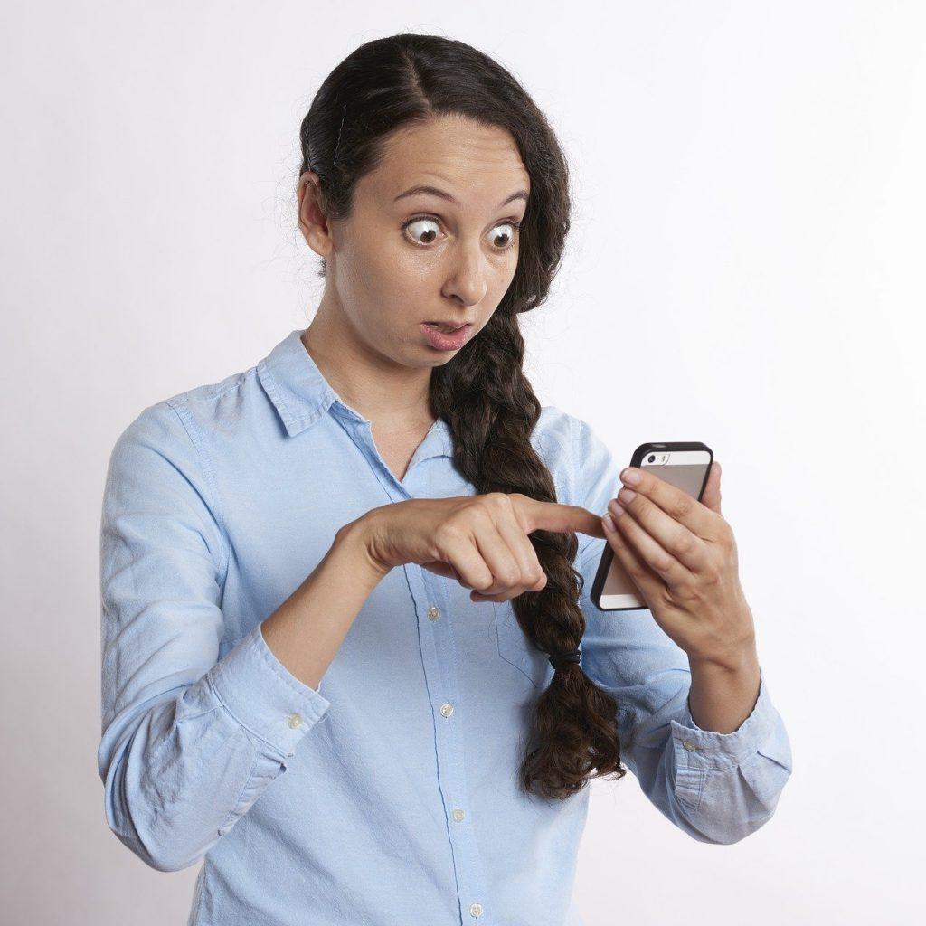 mujer sorprendida viendo redes sociales